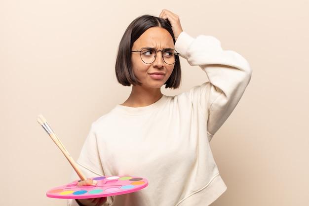 Jonge spaanse vrouw voelt zich verward of twijfelt, concentreert zich op een idee, denkt hard na, zoekt ruimte aan de zijkant te kopiëren