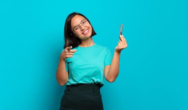 Jonge spaanse vrouw wijzend op de camera met een tevreden, zelfverzekerde, vriendelijke glimlach, die jou kiest