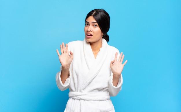 Jonge spaanse vrouw ziet er nerveus, angstig en bezorgd uit, zegt niet mijn schuld of ik heb het niet gedaan