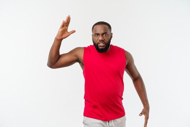 Jonge sport afro-amerikaanse man ongelukkig en gefrustreerd met iets.