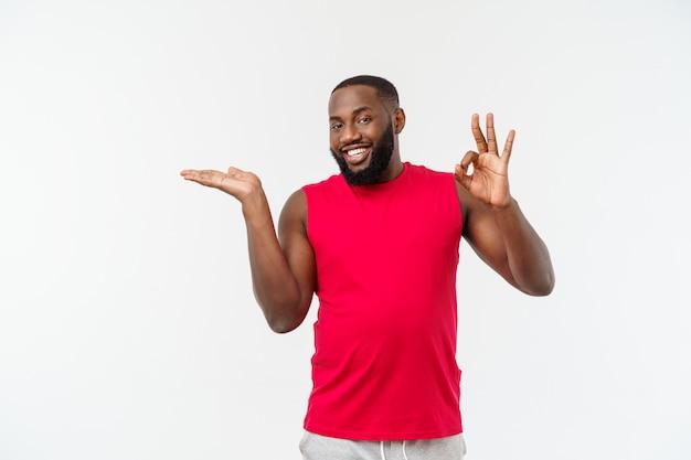 Jonge sport afro-amerikaanse man uitbreiding van de handen aan de zijkant voor het uitnodigen om te komen.