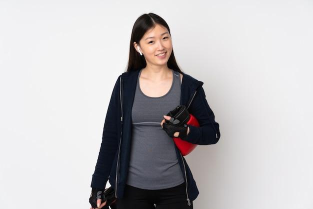 Jonge sport aziatische vrouw die op wit met bokshandschoenen wordt geïsoleerd
