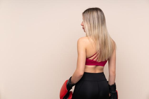 Jonge sport blonde vrouw met bokshandschoenen