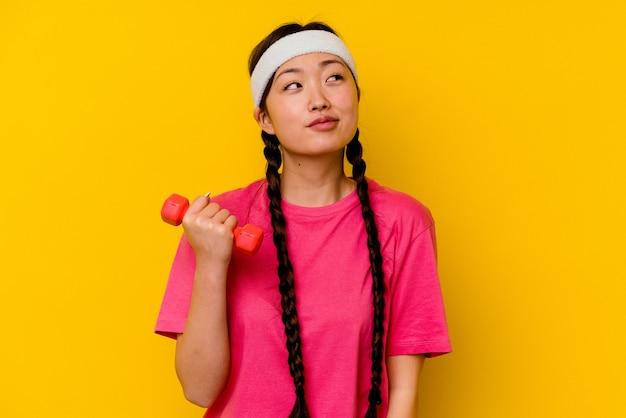 Jonge sport chinese vrouw droomt van het bereiken van doelen en doeleinden