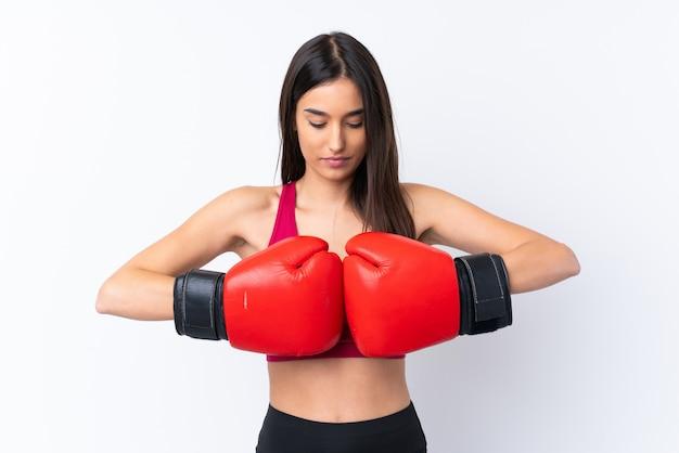 Jonge sport donkerbruine vrouw over wit met bokshandschoenen