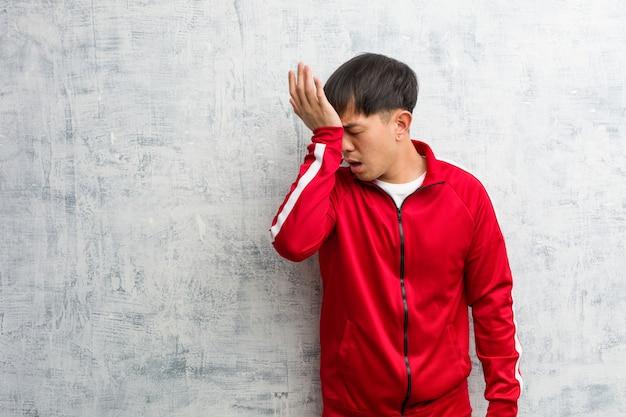Jonge sport fitness chinese vergeetachtig, realiseer iets