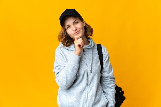 Jonge sport georgische vrouw met sporttas over geïsoleerde achtergrond en opzoeken