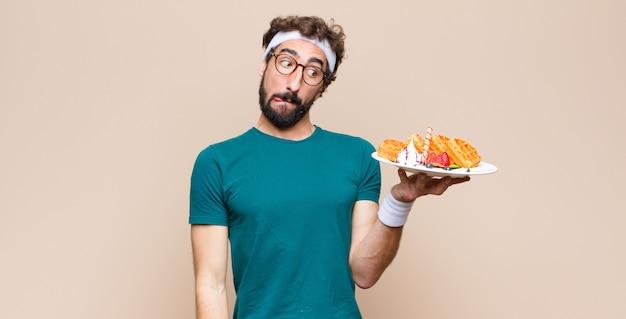 Jonge sport man met wafels. dieet concept