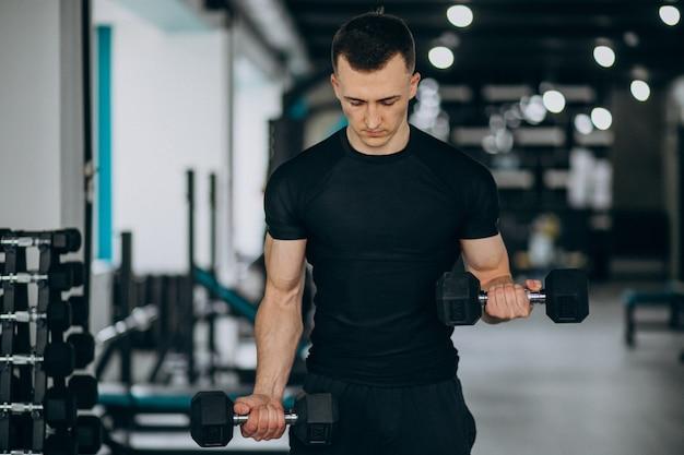 Jonge sport man training in de sportschool