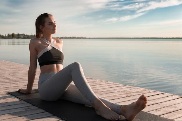 Jonge sport mooie vrouw op het strand