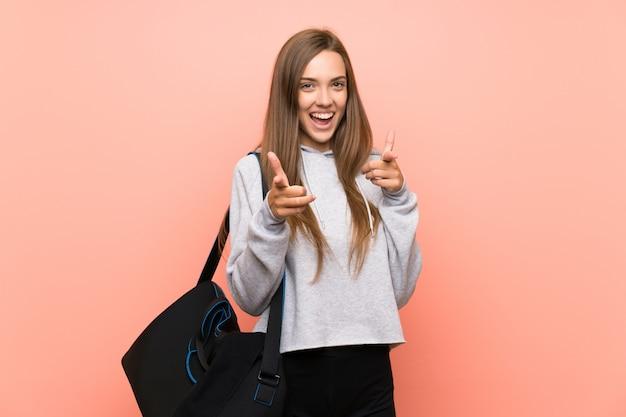 Jonge sport vrouw roze wijst vinger naar je