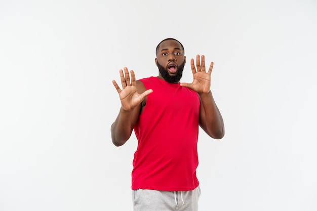 Jonge sport zwarte man over een grijs bang en bang verborgen