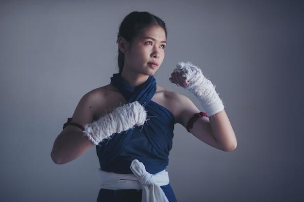 Jonge sportenvrouw van bokser met witte in dozen doende verbanden.