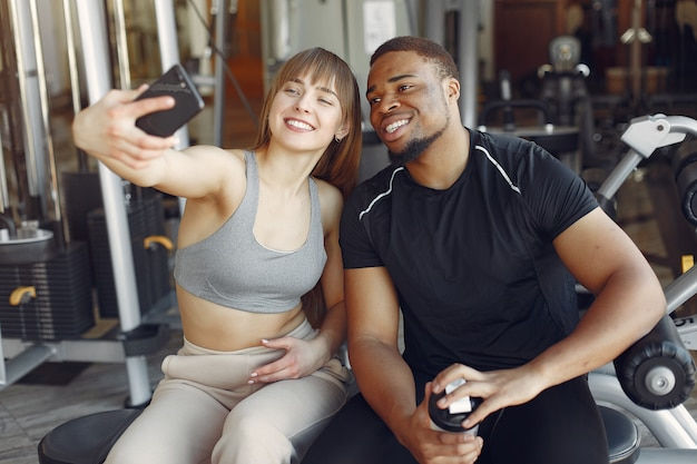 Jonge sporters zitten in een ochtend gym