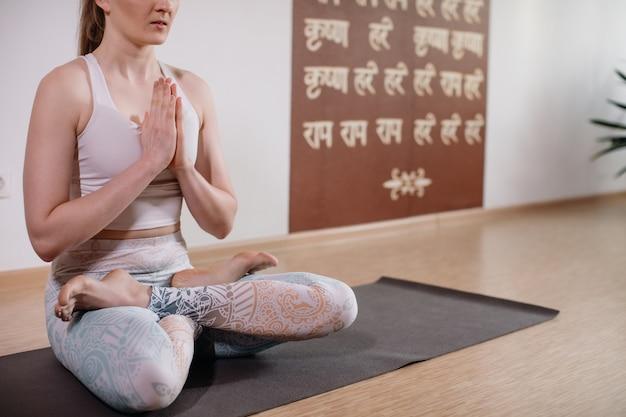 Jonge sportieve aantrekkelijke vrouw het beoefenen van yoga, mediteren in yoga pose