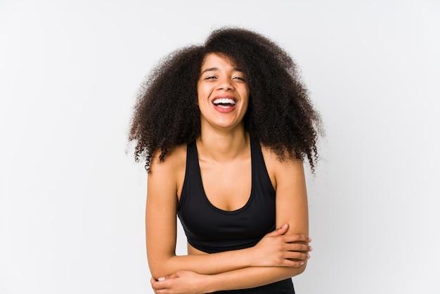 Jonge sportieve vrouw die en pret lacht heeft