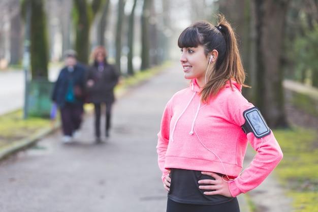Jonge sportieve vrouw die na geschiktheidsactiviteiten rust.