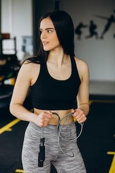 Jonge sportieve vrouw die traint in de sportschool