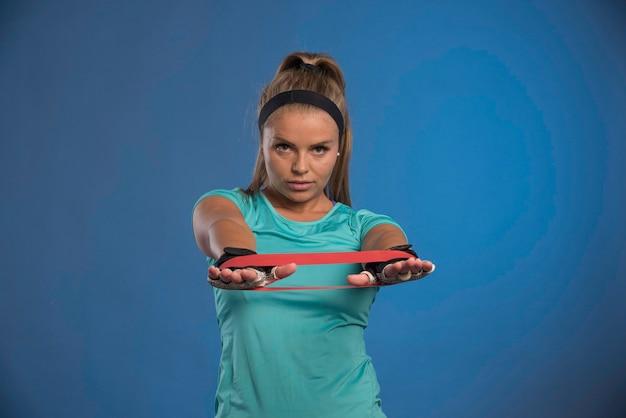 Jonge sportieve vrouw haar armen uitrekken