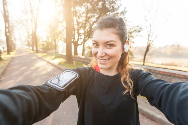 Jonge sportieve vrouw nemen een selfie op park