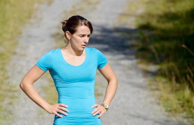 Jonge sportieve vrouw op het platteland
