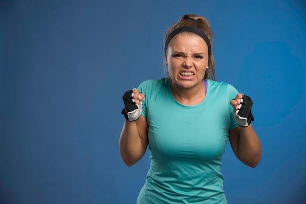 Jonge sportieve vrouw ziet er moe en zwak uit.