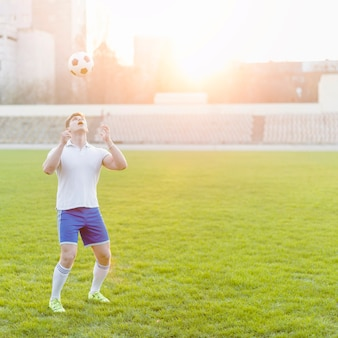 Jonge sportman die bal werpt