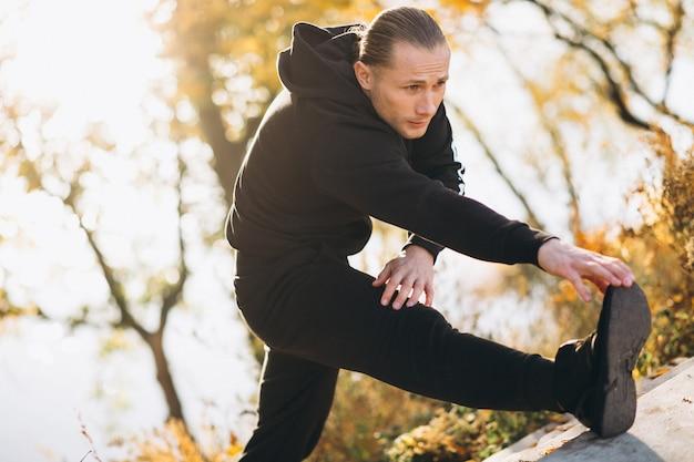Jonge sportman die in park uitoefent
