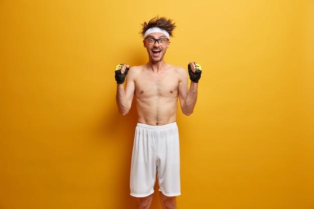Jonge sportman die zich voor zijn geïsoleerde opleiding klaar maakt
