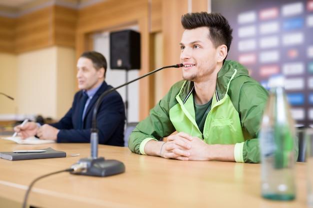Jonge sportman op persconferentie