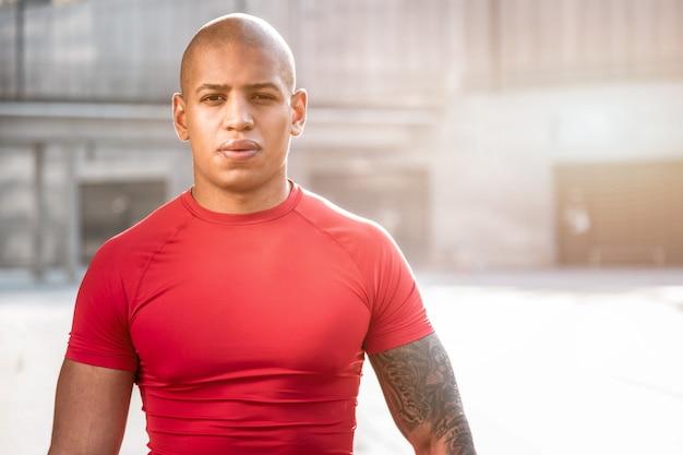 Jonge sportman. portret van een knappe afro-amerikaanse man op zoek naar jou