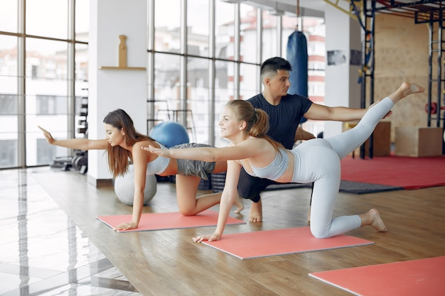 Jonge sportmensen die in een ochtendgymnastiek opleiden