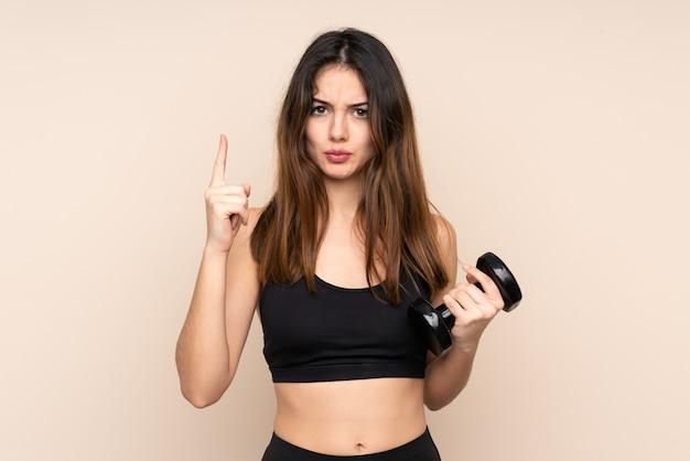 Jonge sportvrouw die gewichtheffen maakt