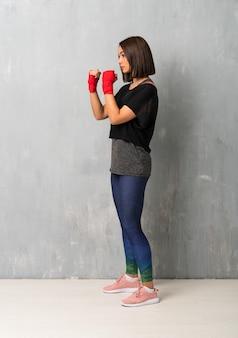Jonge sportvrouw in in dozen doende verbanden