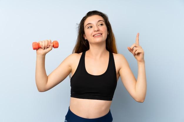 Jonge sportvrouw met gewichtheffen van plan om de oplossing te realiseren terwijl het opheffen van een vinger