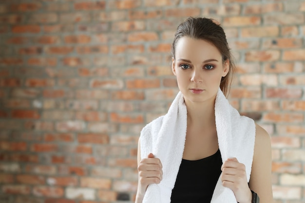 Jonge sportvrouw met handdoek