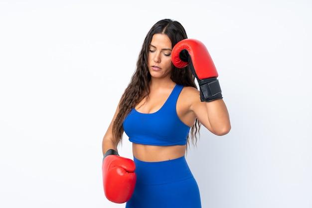 Jonge sportvrouw over geïsoleerd met bokshandschoenen