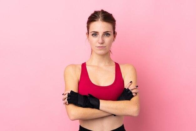 Jonge sportvrouw over geïsoleerde muur
