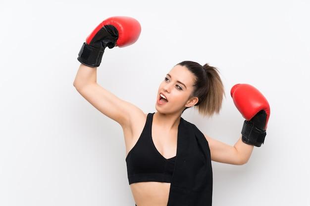 Jonge sportvrouw over witte muur met bokshandschoenen