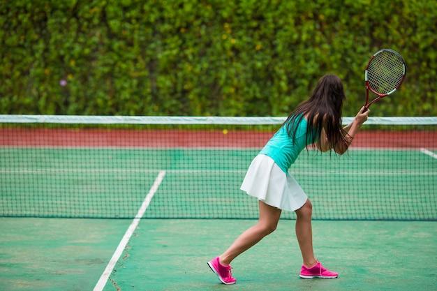Jonge sportvrouw tennissen op tropische vakantie