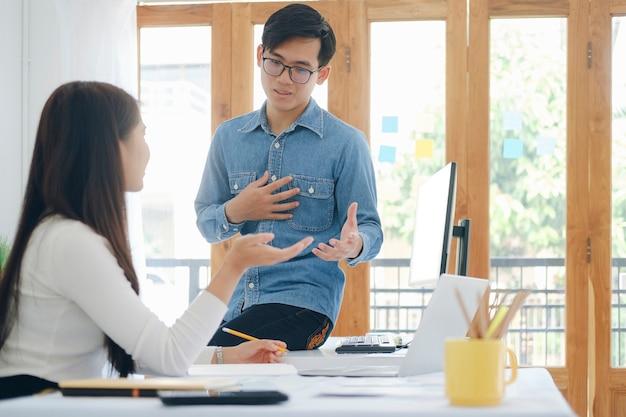Jonge startende ondernemers teamwork brainstormvergadering om de nieuwe projectinvestering te bespreken.