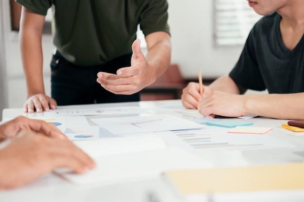 Jonge startende zakenlieden teamwerk brainstormvergadering om de nieuwe projectinvestering te bespreken.