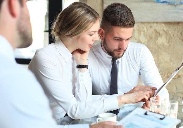 Jonge startups zakenlieden teamwork brainstormvergadering om de investering te bespreken.