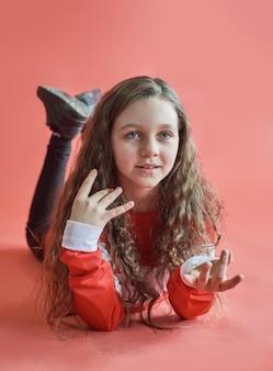 Jonge stedelijke vrouw dansen, moderne slanke hip-hop stijl tienermeisje