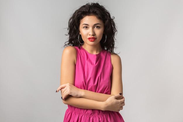 Jonge stijlvolle aantrekkelijke vrouw geïsoleerd op een witte achtergrond