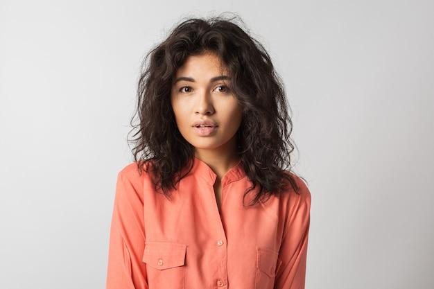 Jonge stijlvolle aantrekkelijke vrouw geïsoleerd op wit