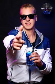 Jonge stijlvolle man in de nachtclub