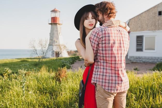 Jonge stijlvolle verliefde paar op platteland omarmen