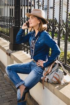 Jonge stijlvolle vrij gelukkige vrouw glimlachend en praten over haar telefoon, verbaasd