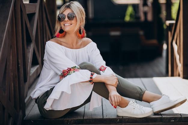 Jonge stijlvolle vrouw in wit overhemd